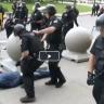 """بالفيديو: شرطي أمريكي يدفع  """"مسنا سبعينيا"""" ويسقطه على الأرض"""