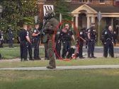 """""""بعد حادثة وفاة فلويد"""" .. شاهد : شرطي أمريكي يبصق على متظاهرة بعد القبض عليها"""
