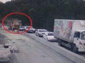 """حادث مميت .. شاهد: شاحنة مسرعة  تسحق """"5 سيارات"""" في ثوانٍ معدودة"""