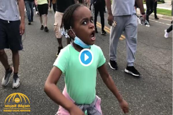 """شاهد.. طفلة أمريكية تتصدر مظاهرة مليونية احتجاجا على مقتل """"جورج فلويد """" وتشعل مواقع التواصل"""