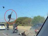 """""""طار في الهواء"""" .. شاهد: حادث مروع خلال استعراض بالدراجات النارية في الجزائر"""