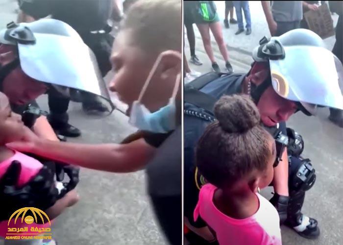 شاهد .. ردة فعل ضابط أمريكي توسلت له طفلة بألا يطلق النار عليها خلال المظاهرات
