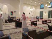 """بالصور .. مسجد بالرياض يضع أشرطة وحواجز بين المصلين .. و""""الشؤون الإسلامية"""" تعلق"""
