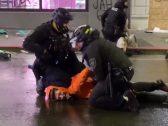 شاهد .. ردة فعل شرطي أمريكي رأى زميله يضع ركبته على عنق محتج