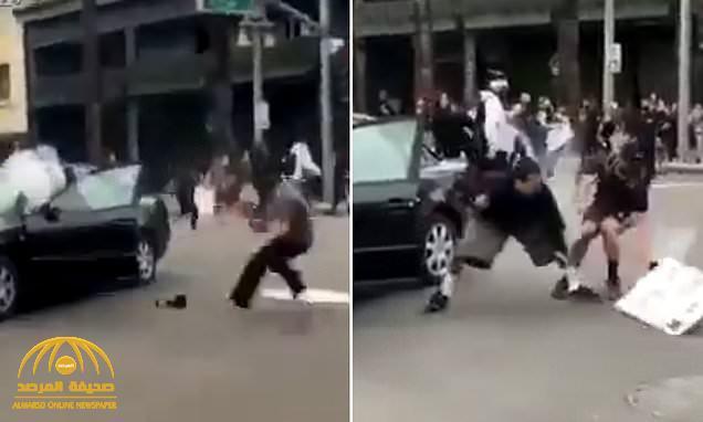 شاهد : أمريكي يحاول تفريق المتظاهرين بالألعاب النارية فيقذفها متظاهر داخل سيارته وتنفجر وهو بداخلها