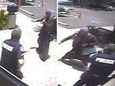 استدرجته بحجة مساعدتها .. شاهد : امرأة إرهابية تهاجم شرطي أمريكي في ولاية فلوريدا بسكين