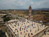 شاهد صورة غريبة .. مصلون يؤدون صلاة الجمعة فوق سطح مسجد تحت أشعة الشمس الحارقة بجازان !