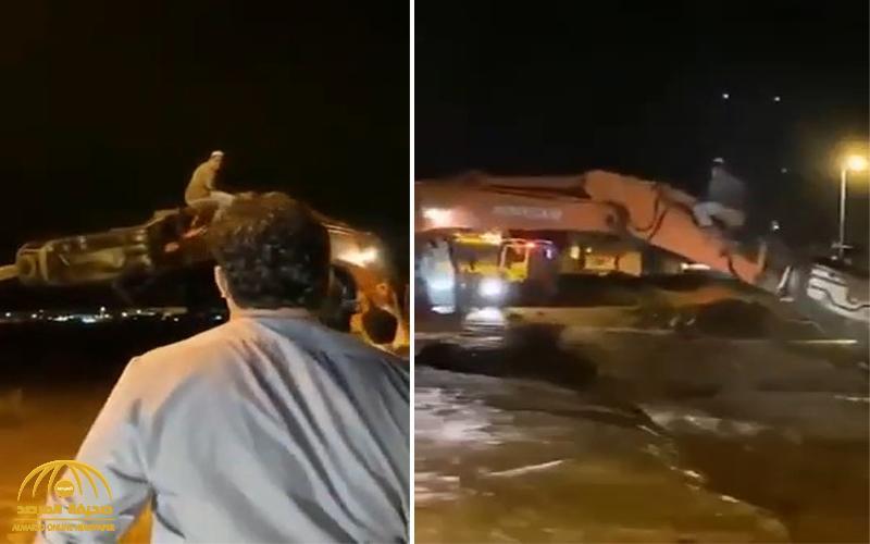 """""""جرفت المياه مركبته"""".. شاهد: قائد معدة ثقيلة ينتشل """"رجلا"""" من داخل السيل في الباحة"""