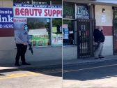 شاهد : أصحاب المحلات في شيكاغو يحمون أموالهم بالأسلحة الرشاشة بعد فشل الشرطة في حمايتهم