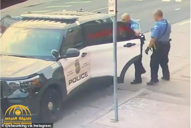"""شاهد: فيديو جديد يظهر """"جورج فلويد"""" في صراع مع رجال الشرطة  قبل لحظات من وفاته على يد الضابط ديريك شوفين"""
