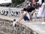شاهد : أب يغامر بحياة طفله لالتقاط صورة !