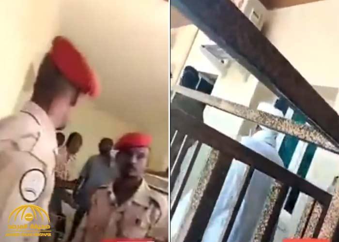 """شاهد .. لحظة اقتياد الرئيس السوداني السابق """"عمر البشير"""" إلى غرفة التحقيق"""