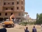 شاهد : لحظة سقوط عمارة على حفار في عملية إزالة مباني مخالفة في مصر