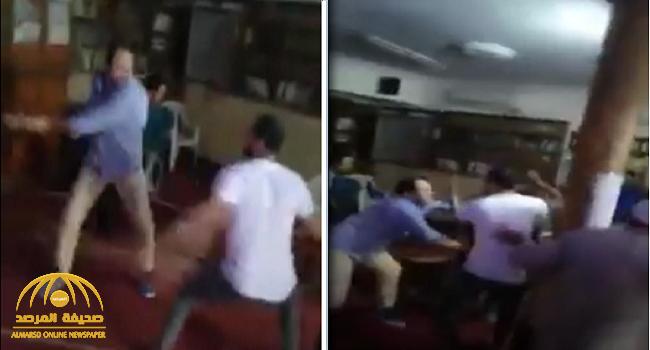 شاهد: مصري يقتحم مسجد ويعتدي على المصلين بالعصا.. لسبب غريب!