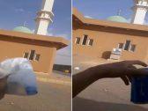 شاهد .. شخص يفجر موجة غضب في السعودية بعد إلقاء القمامة باتجاه مسجد