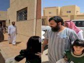 شاهد: كيف استقبل والد مقتول في طريف قاتل ابنه بعد دفع الدية وخروجه من السجن!