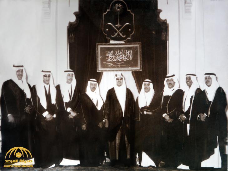 شاهد .. الملك سعود يتوسط 8 من أبنائه في صورة تاريخية