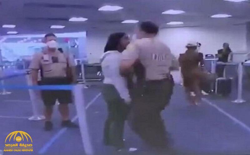 شاهد .. شرطي أمريكي يوجه لكمة قوية لامرأة من ذوي البشرة السوداء