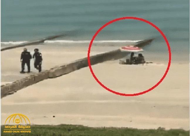 بالفيديو: شاهد .. ماذا فعل شرطيان كويتيان مع فتاتين بملابس فاضحة على الشاطئ!
