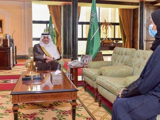 """أمير تبوك يلتقي  أمين مجلس المنطقة الدكتورة """"خلود الخميس """" كأول أمرأة تشغل منصب امين مجلس منطقة على مستوى المملكة"""