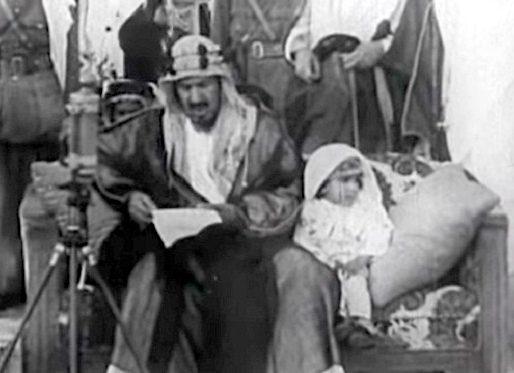 شاهد .. فيديو نادر للملك سلمان في عمر الـ 3 سنوات برفقة الملك عبدالعزيز أثناء إلقاء كلمة للحجاج