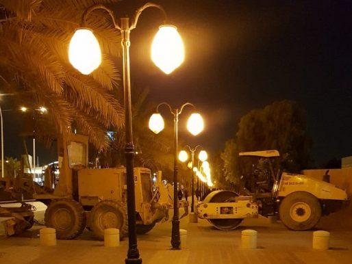 شاهد : مواطن يتفاجأ بمعدات ثقيلة متوقفة  وسط رصيف للمشاة بالرياض