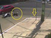 حادث غريب من نوعه .. شاهد : سيارة تصدم امرأة وتسقطها في بالوعة صرف