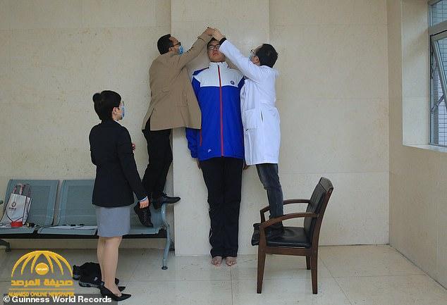شاهد.. أطول مراهق صيني في العالم يدخل موسوعة جينيس