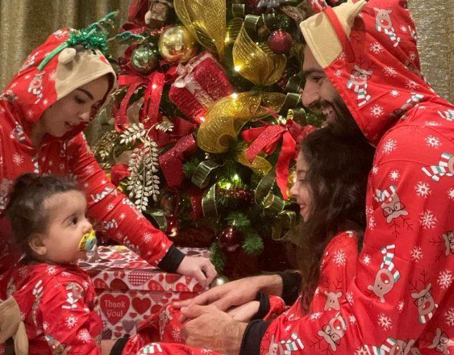 """شاهد .. محمد صلاح يحتفل بـ """"الكريسماس"""" مع زوجته بملابس """"بابا نويل"""" • صحيفة  المرصد"""