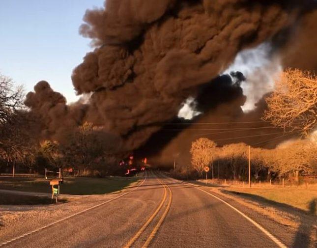 """بالفيديو والصور .. انفجار ضخم يهز """"تكساس"""" الأمريكية والكشف عن السبب"""