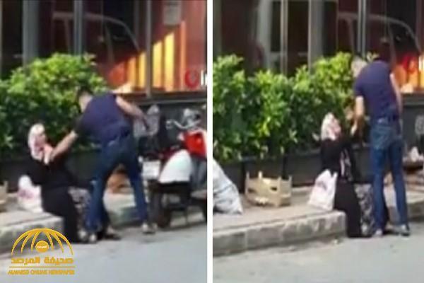 شاهد: شاب تركي يعتدي على والدته بالضرب ويهددها بالسلاح وسط شارع في إسطنبول