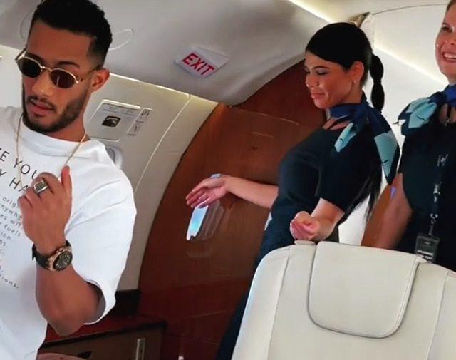 """بعدما أثارا الجدل.. الكشف عن جنسية """"المضيفتين الراقصتين"""" بطائرة محمد رمضان"""